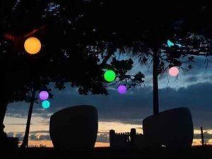 Bolas iluminadas na árvore